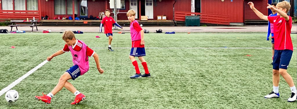 Ivrige 2008-gutter på Hasle-Lørens fotballcamp.