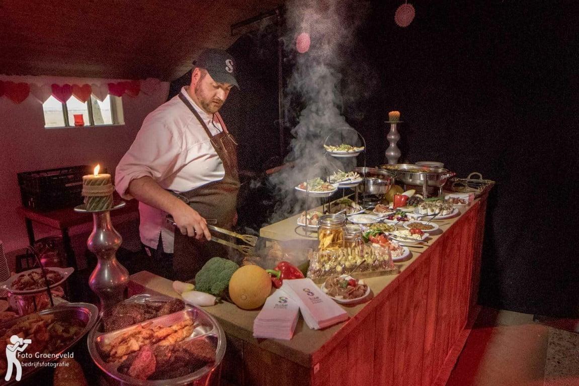 fotograaf op uw fotograaf op uw personeelsfeest kok achter buffet