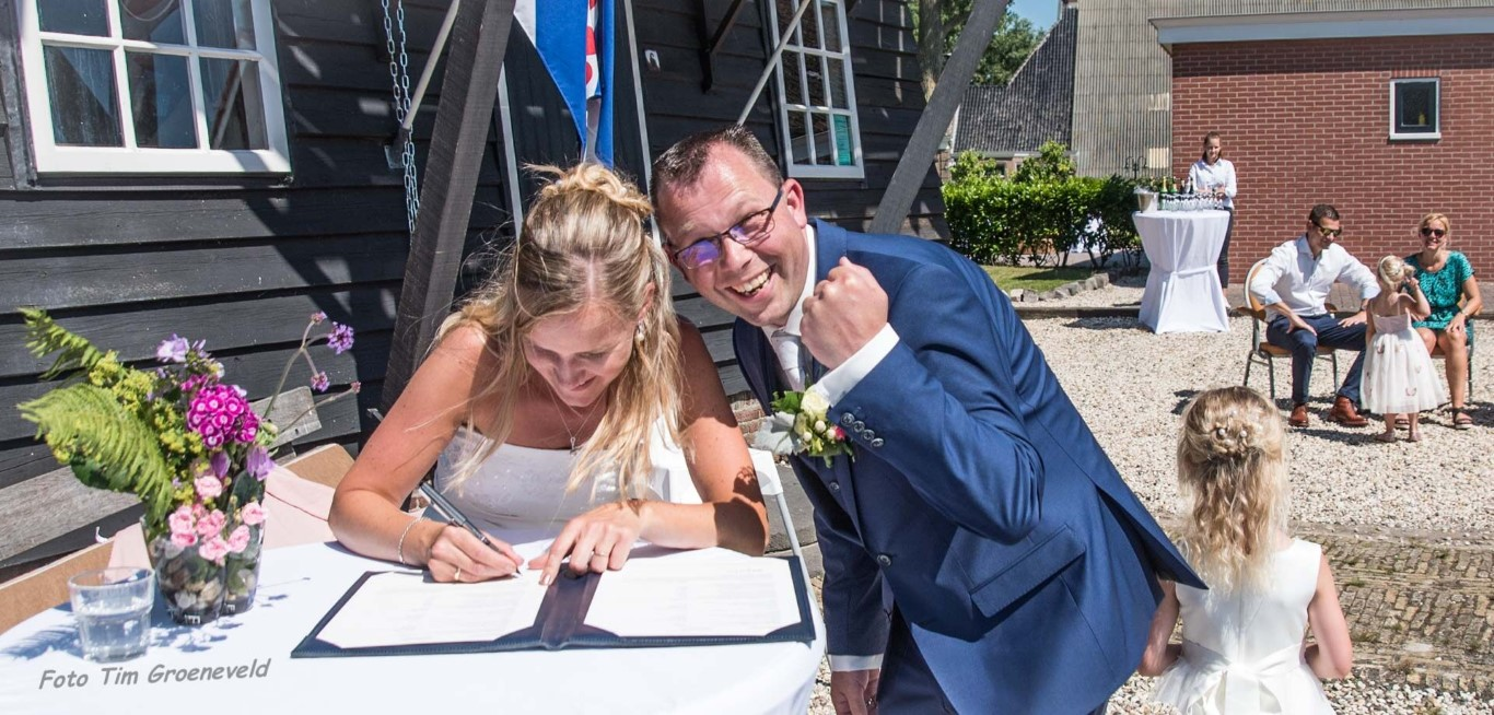 Bruidsfotograaf Friesland portfolio Bruid tekent akte