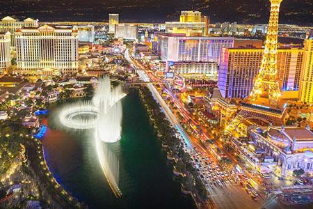 Vue de Las Vegas durant la nuit. Les casinos brillent et c'est durant ces heures là que l'ambiance est au rendez-vous.