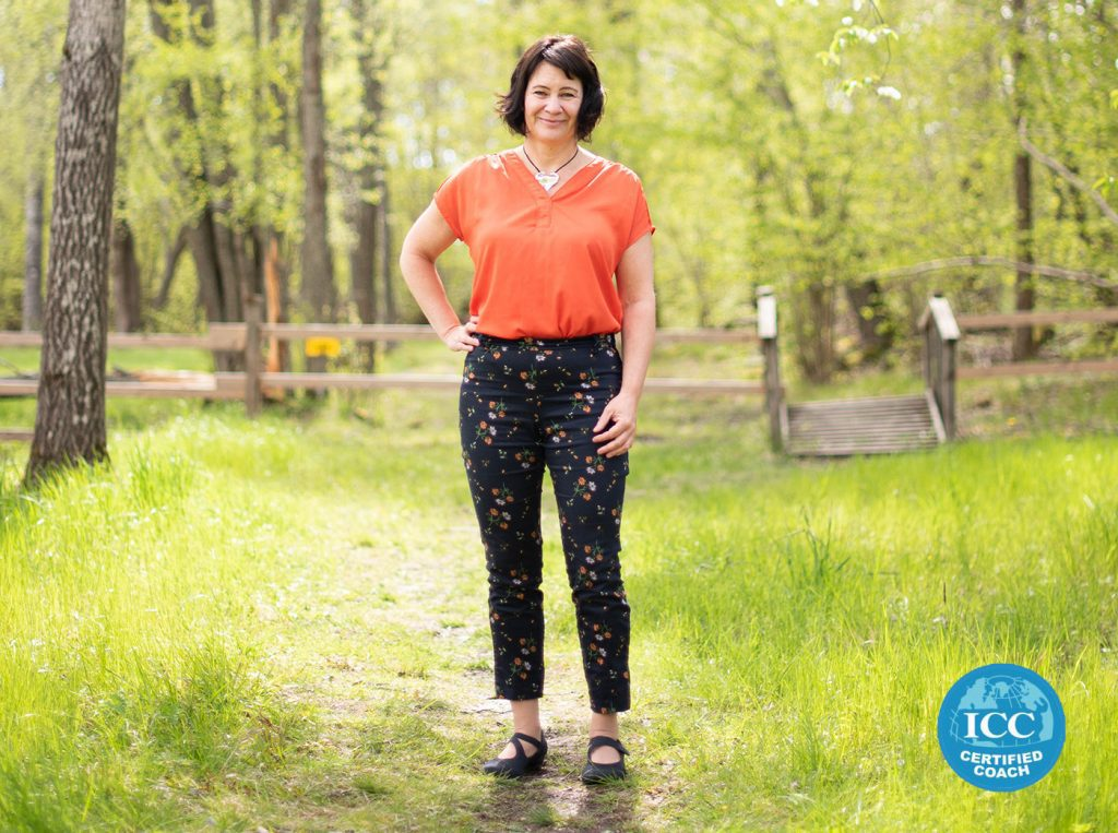 Susanne Sabith - din framstegscoach - ser välkomnande och glad ut där hon står i naturen. Vill du också växa och må bra i livet har du kommit till rätt coach och rätt ställe.