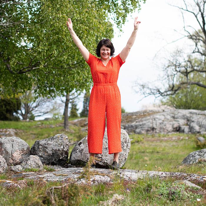 Susanne Sabith, din framstegscoach, ser glad ut och gör segertecken i luften. Vill du också få den vinnande känslan, kontakta Susanne.
