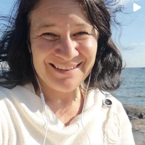 Susanne Sabith, ägare till coachningföretaget Framstegscoach, är vid havet. Hon är glad och avslappnad. Ett klick på bilden leder till ett inlägg av Susanne Sabith på Instagram som handlar om tankevila.
