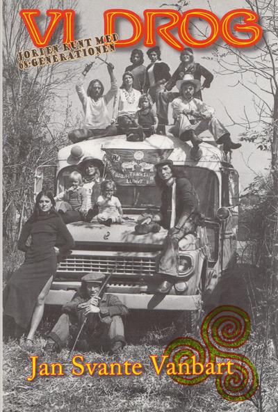 BILD: Omslaget till 'Vi drog - jorden runt med 68-generationen' av Jan Svante Vanbart, med en bild av en buss med ett gäng människor på och framför