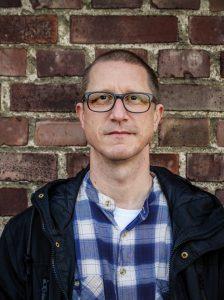 BILD: Stefan Albrektsson mot en tegelvägg