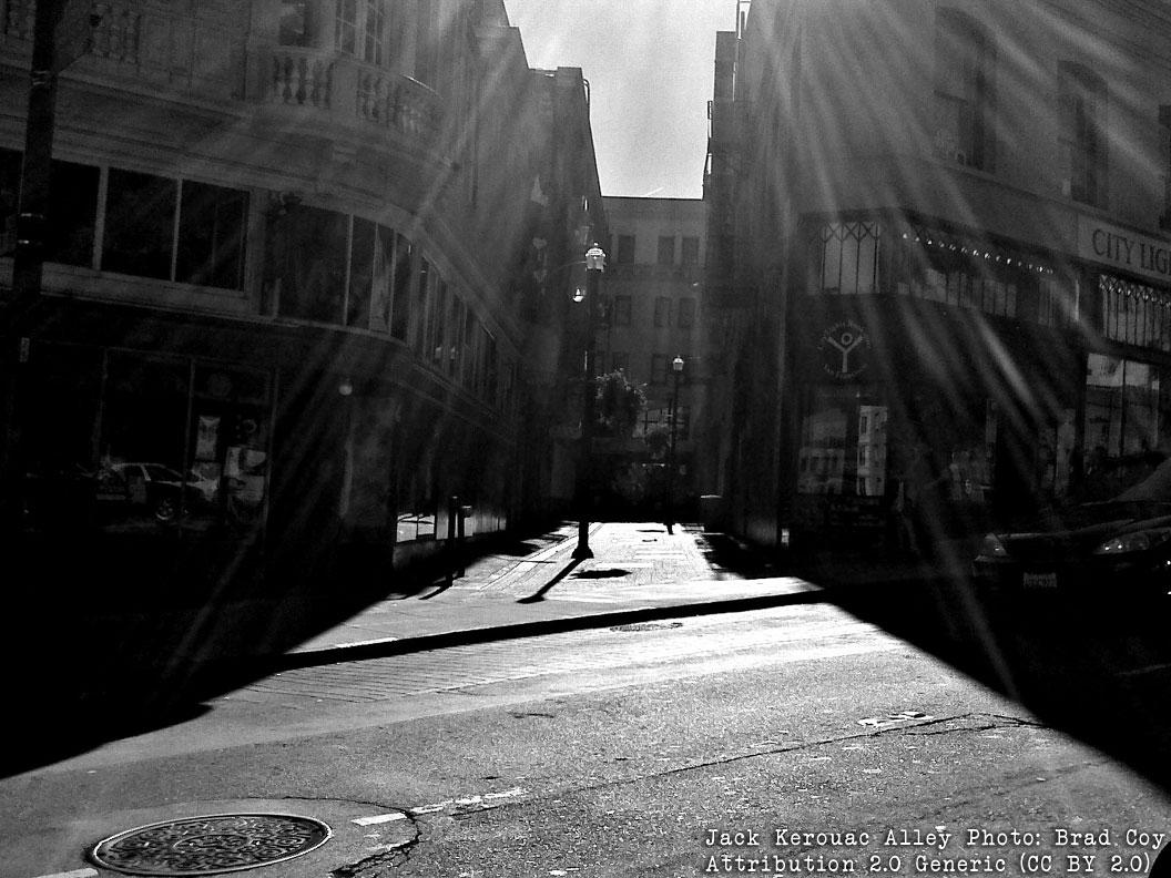 Bild: Jack Kerouac Alley med City Lights bokhandel till höger Foto: Brad Coy, Erkännande-DelaLika 4.0 Internationell (CC BY-SA 4.0)