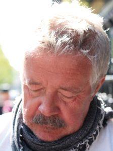 Bild: Pelle Jageby med blicken riktad neråt