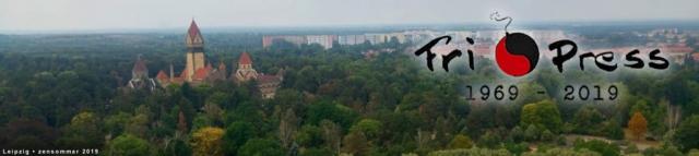 BILD: Den tyska staden Leipzig i fågelperspektiv med borgtorn till vänster, höghusområde i fonden, en massa träd där vissa har antydan till höstfärger. Över bilden ligger Fri Press jubileums-logga med texten 1969-2019. Bilden fungerar som länk till startsidan