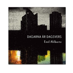 BILD: Omslag Emil Ahlbertz 'Dagarna är dagsvers' med en bild av en stad i svartvitt som i en spegelbild får färg som om det vore den vilda naturen