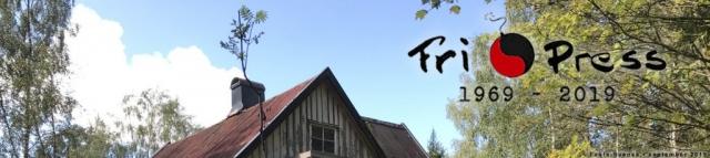 BILD: Himlen syns över stugans tak med texten Fri Press 1969-2019 • länk till webbplatsen