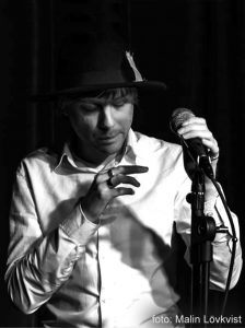 BILD: Erik Hall läser dikt på scen (foto: Malin Lövkvist)