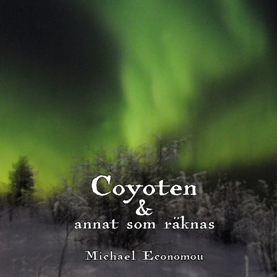 BILD: Omslaget till 'Coyoten & annat som räknas' av Michael Economou, på bilden syns ett norrsken over en snöklädd skog i Kiruna