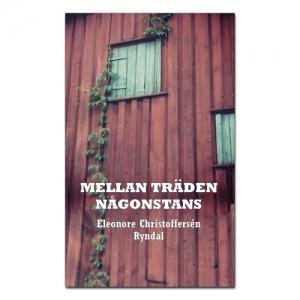 BILD: Omslaget till 'Mellan träden någonstans' av Eleonore Christoffersén Ryndal, på bilden syns en röd ladugårdsvägg med en stängda luckor och en slingrande murgröna