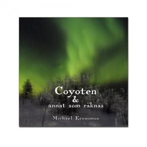 BILD: Omslaget till 'Coyoten & annat som räknas av Michael Economou med norrsken över en snöklädd skog i Kiruna