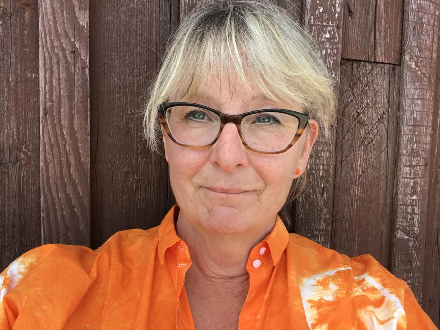 BILD: porträtt av Susanne Andréasson Nilsson mot bleknad ladugårdsvägg