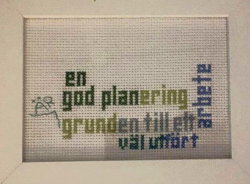 BILD: korsstygnstavla med texten 'en god planering är grunden till ett väl utfört arbete'
