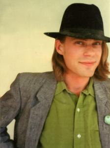 Bild: porträtt av Pontus Tunander iklädd hatt, grön skjorta och kavaj