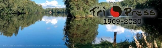 BILD: Klarälven i Värmland med några moln på en klarblå himmel som speglar sig i det stilla vattnet, foto: Jan Svante Vanbart – Fri Press logotyp ovanpå, länk till startsidan