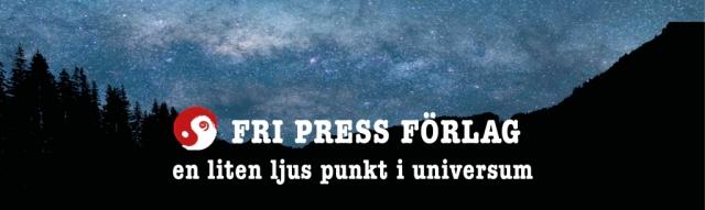 """Natthimmel över skog med texten """"Fri press förlag, en liten ljus punkt i universum'"""
