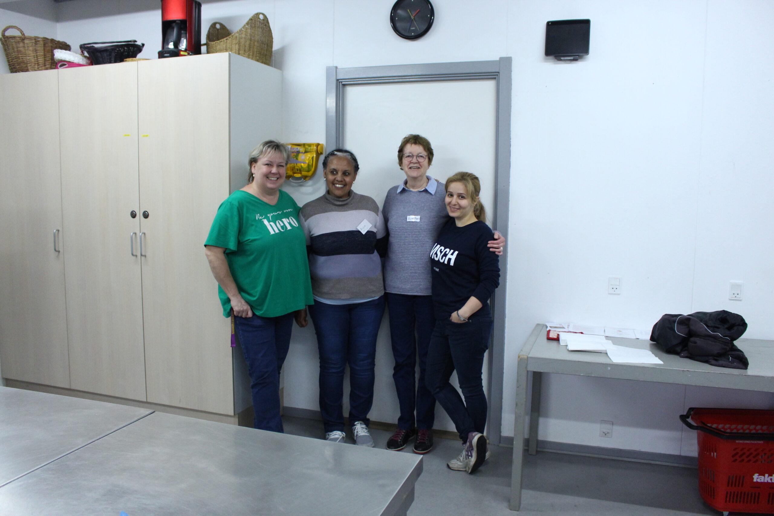 4 kvinder står opstillet i køkkenet i det internationale hus ved Kvaglund Kirke.