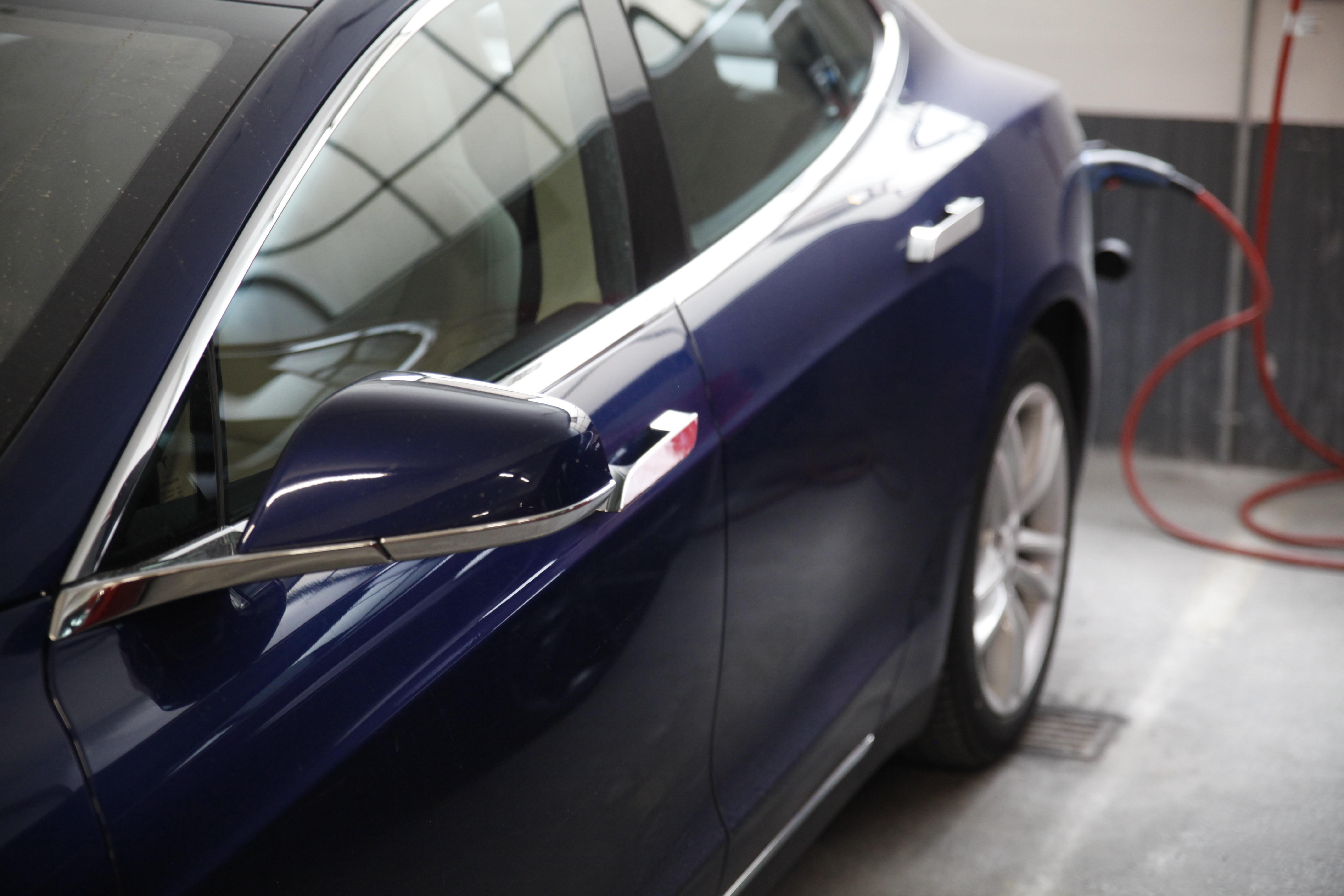 Tesla Model S 70D side