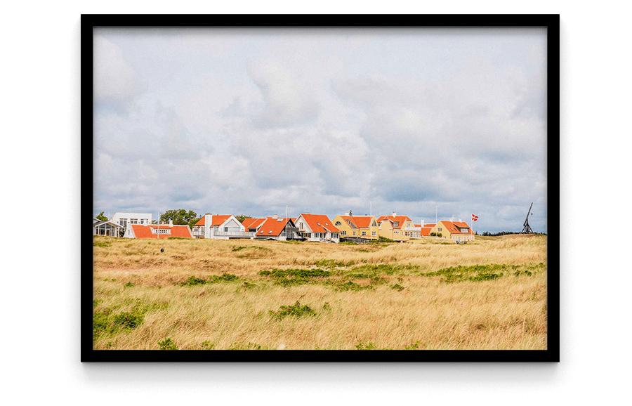 Østre Strandvej 9990 Skagen Gule huse i Skagen med rødt tag foto og plakat af Skagen og kunst af Nordjylland Speciel lavet plakat i mange størrelser og unikke størrelser og motiver af Aalborg, Frederikshavn og Nordjylland vippefyr