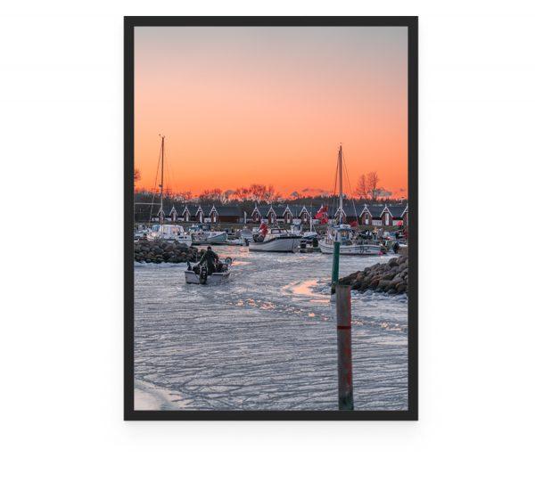 Fisker på vej hjem fra en tur på søen, sejler ind til Rønnerhavnen, som er en lystbådehavn og jollehavn, der ligger tæt ved Palmestranden Frederikshavn. Nordre Strandvej 40, 9900 Frederikshavn, Røde fiskehuse