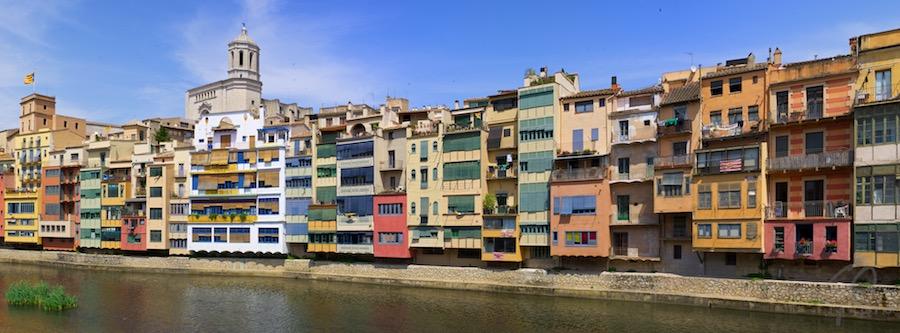 Facebook cover Girona, Spanje. Kleurrijke huizen langs de rivier.