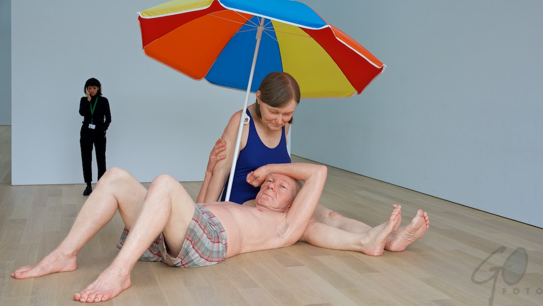 Museum Voorlinden Couple under an Umbrella van Ron Mueck