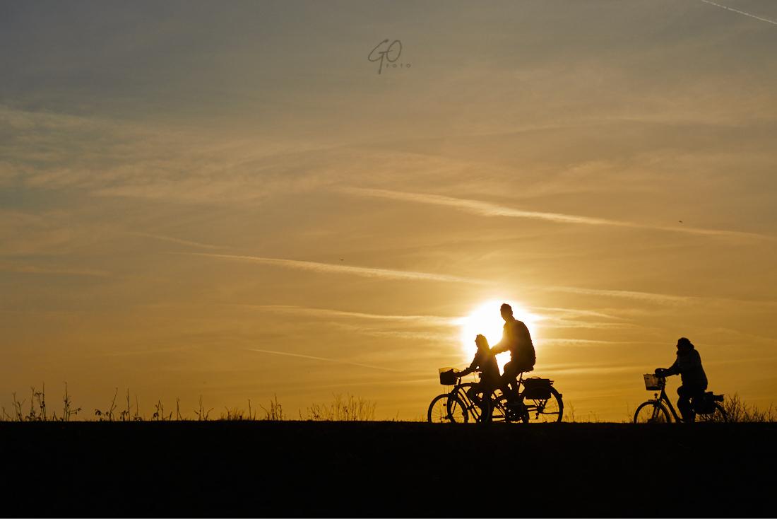 Compositie met zon en fietsers op snijpunt regel van derden