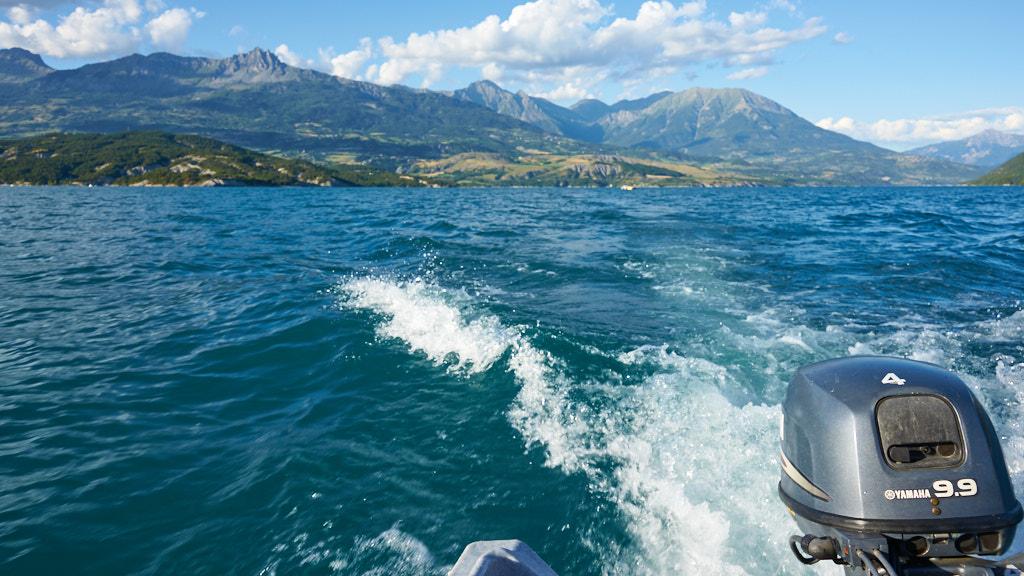 226-2013 Witte strepen op het water