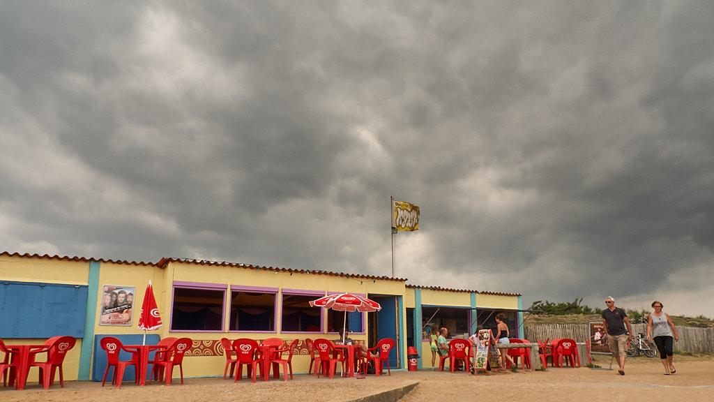 Donkere wolken boven strandtent