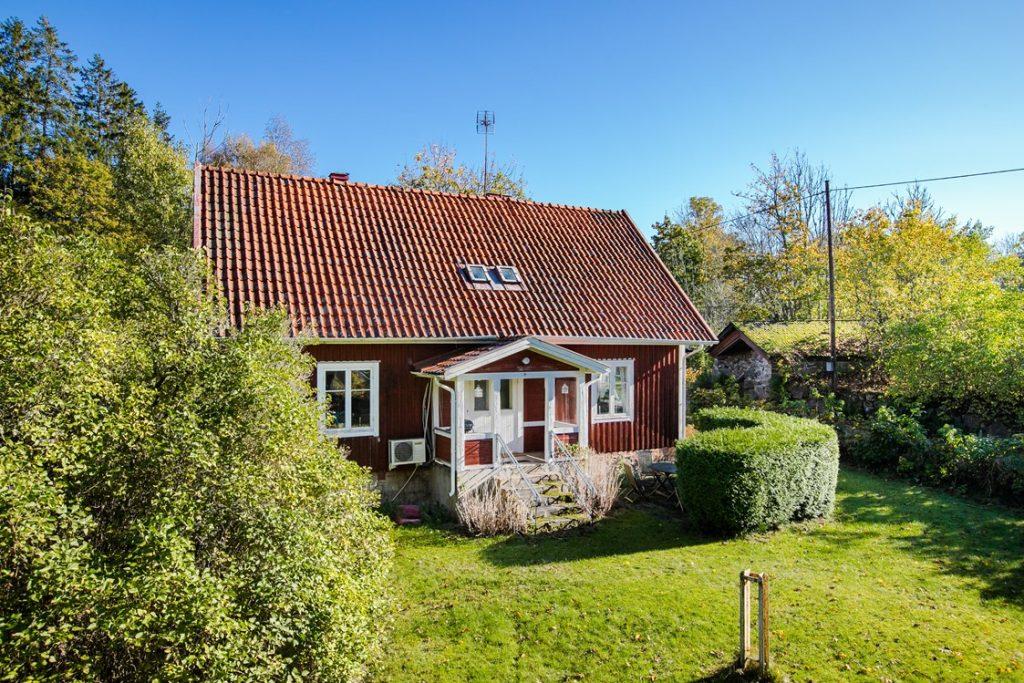 Skogsvaktarbostad i Blekinge. Hus med trädgård till salu
