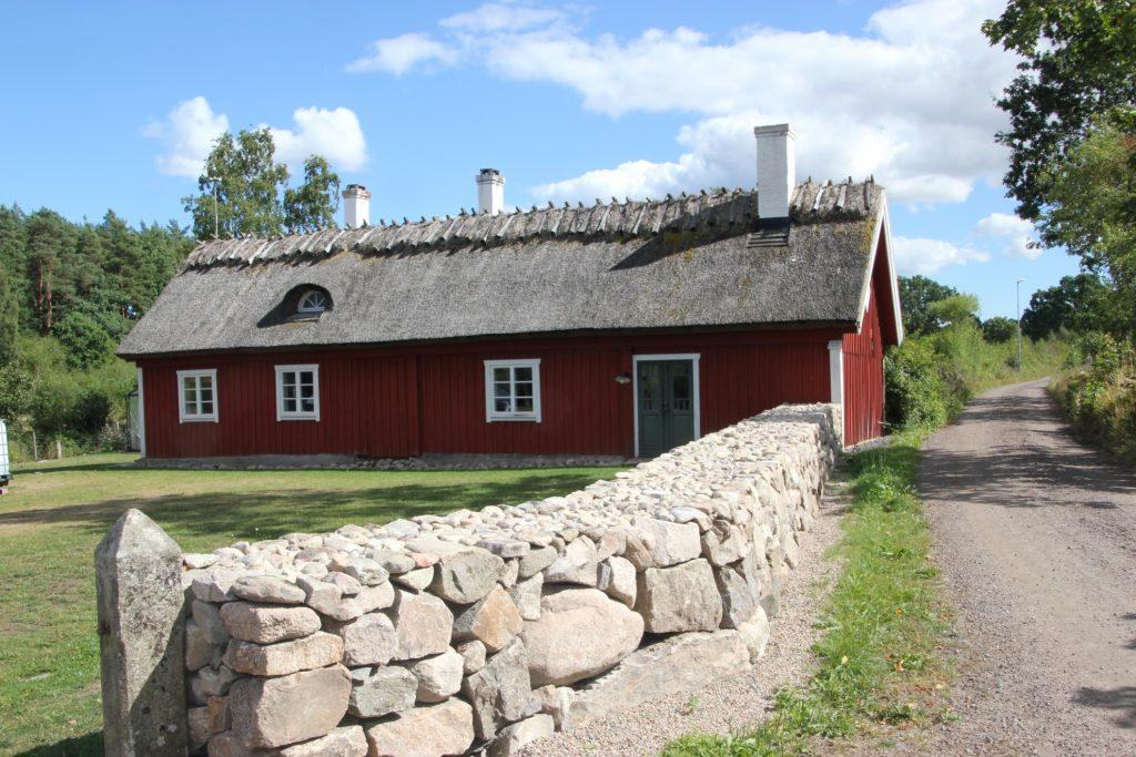 Husets framsida. Cottage garden för  blom- färgälskaren