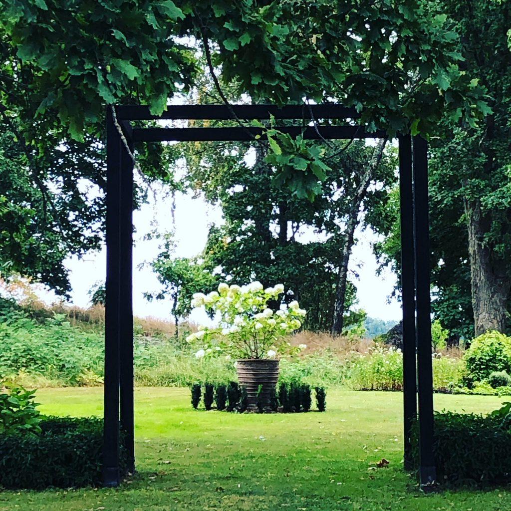 Siktlinjer och häckar för rumslig känsla. Odling trädgården skribent