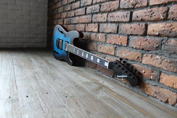 Harry Guitars stocke actuellement l'unique Kononykheen Race Twenty Six