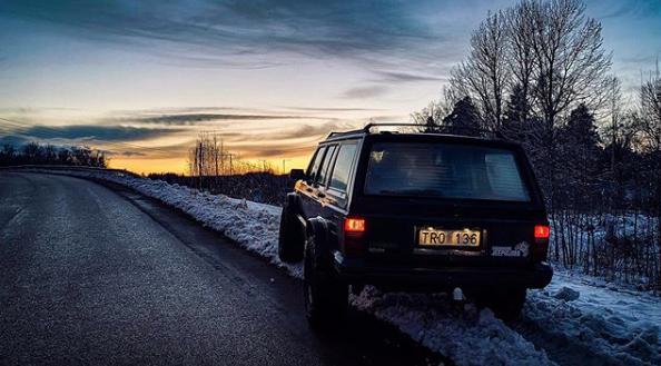 Hej Bruksbils presentatör Theo's Jeep Cherokee XJ Limited från 1991 står på tomgång i en plogvall. Det är kväll och mörkt. Bakljusen och regskyltsbelysningen lyser.