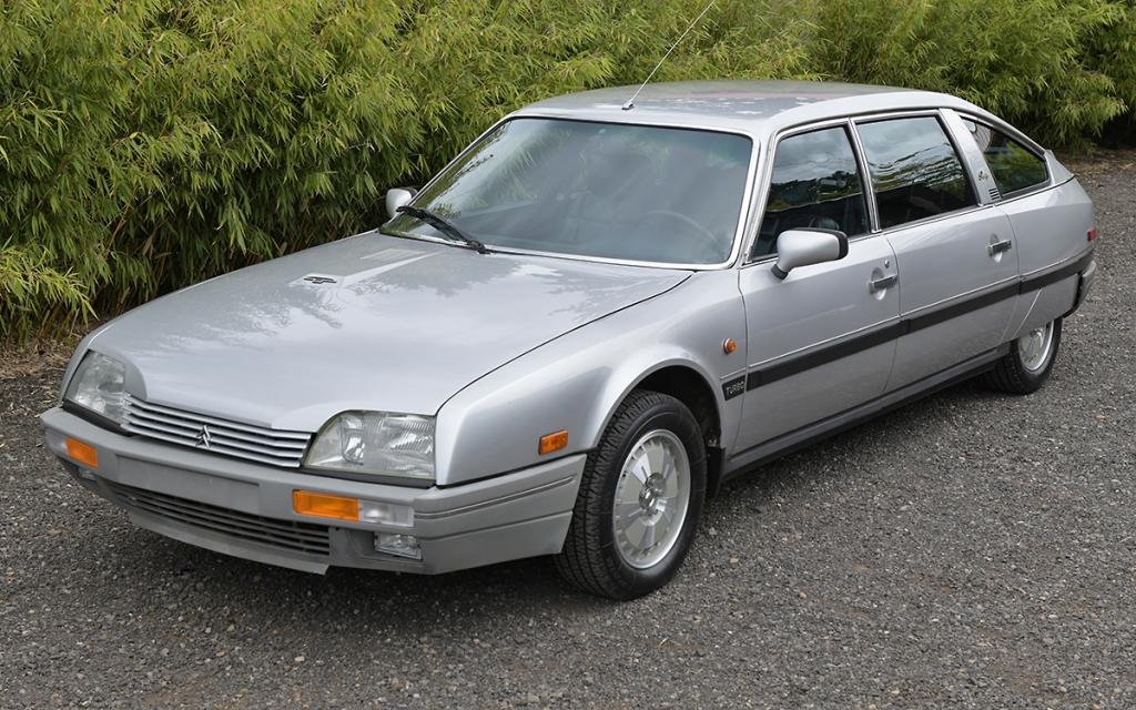 En Citroën CX från 1986 sedd snett framifrån.