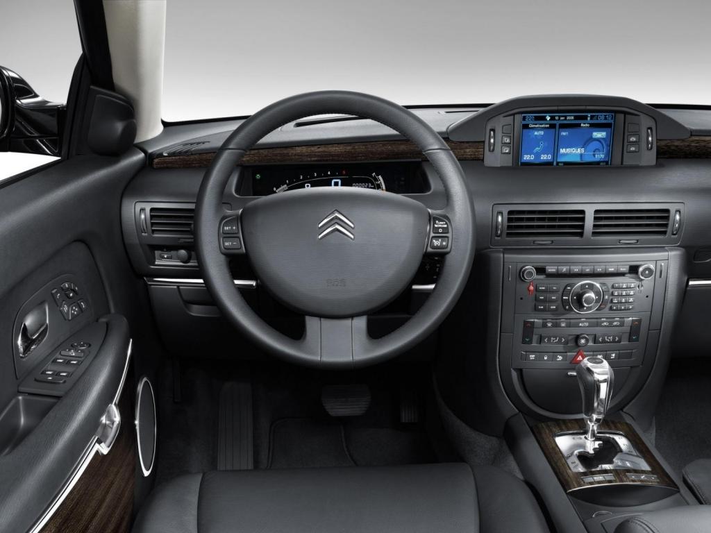 Förarplatsen till en Citroën C6 från 2007.