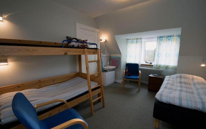firedobbelt værelse, 2 senge og en køjesæng. hotel-lolland.dk