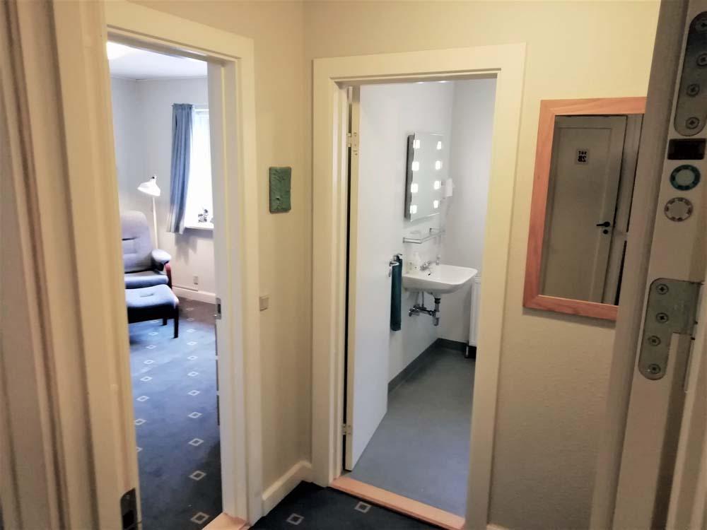 Enkeltværelse med stor komfort til dig der har brug for at tage arbejdet med. Single room with great comfort for you who needs to take work with you.