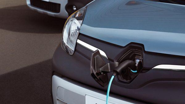 elektrische wagen laadt op
