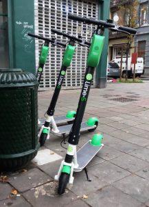 een elektrische deelstep van Lime in Brussel
