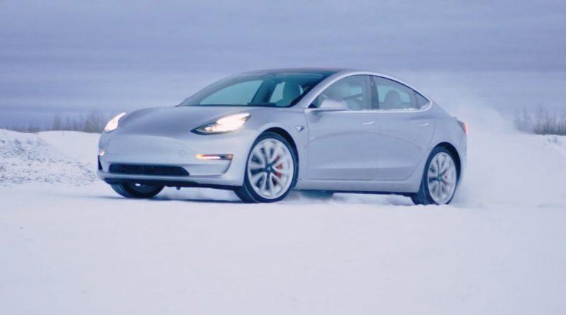 Tesla Model 3 in de sneeuw