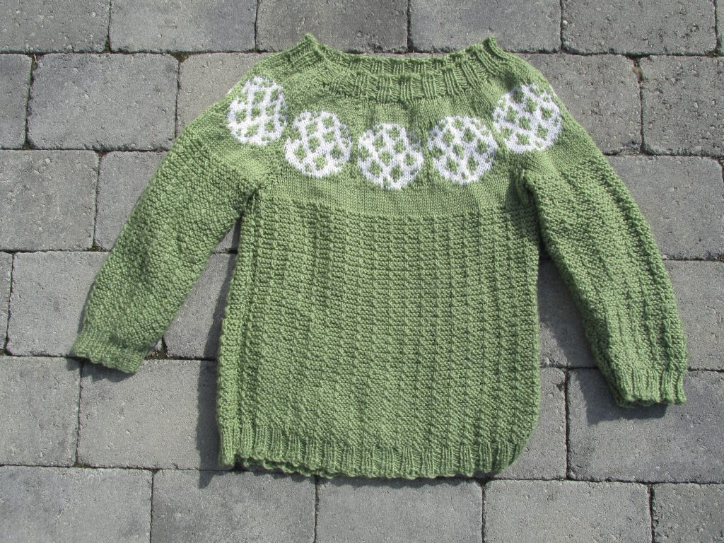 The knitted sweater Ballmotiv 1 by Aud B contains footballs in the colourwork.