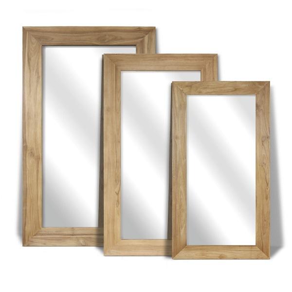 Tre speglar med träram i olika storlekar