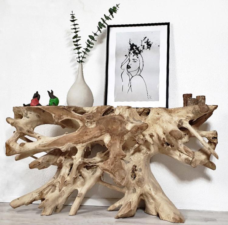 konsolbord av trärot med tavla, vas och statyer