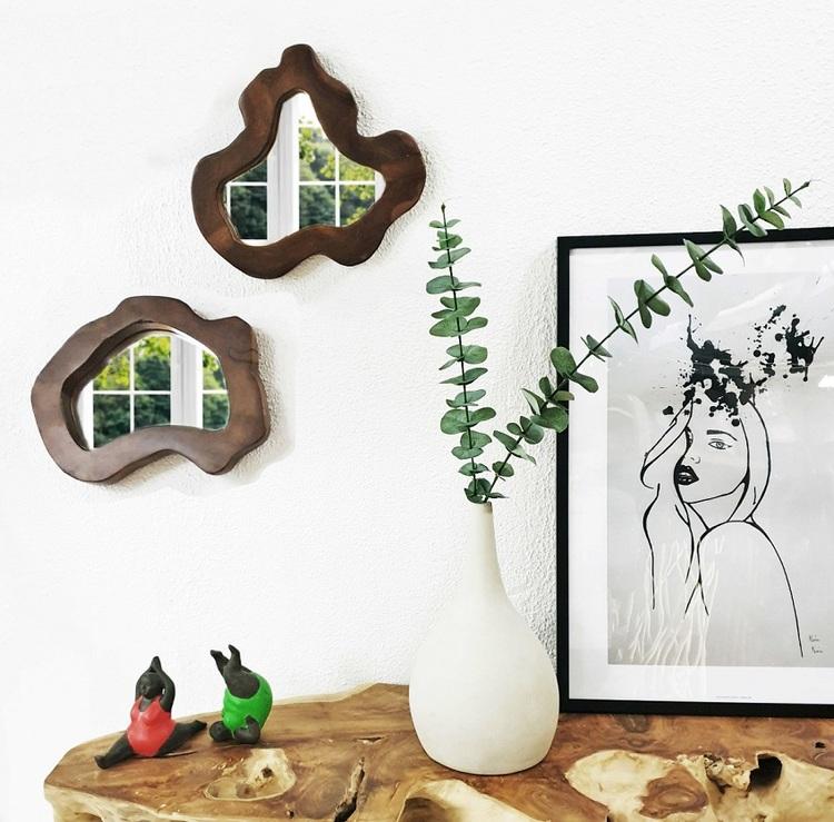 Bord med vas, två speglar, tavla och prydnadsföremål