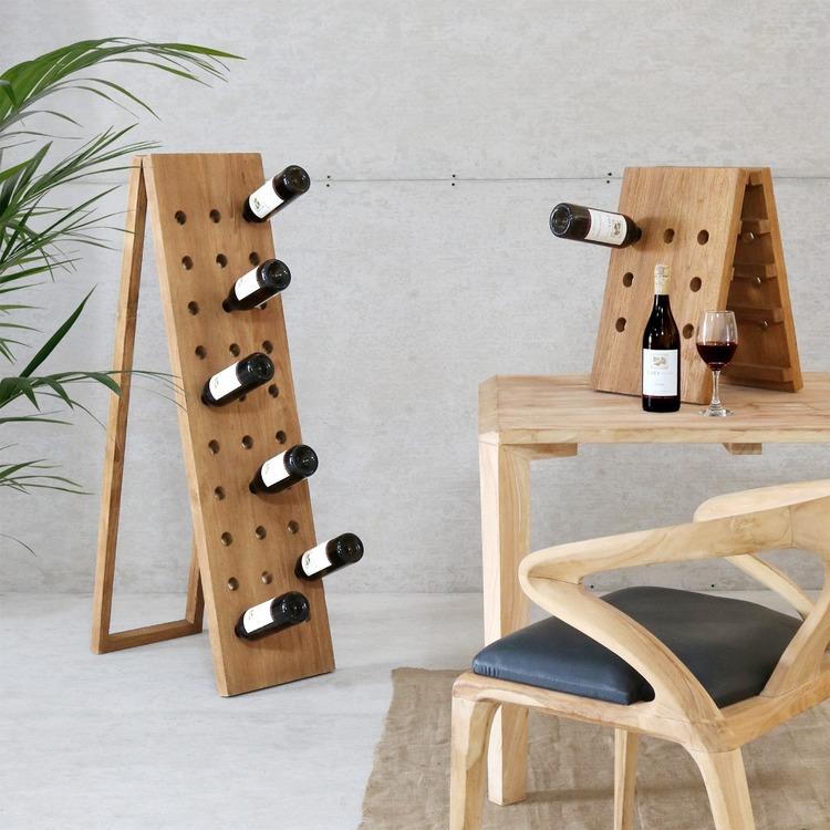 Två stående vinställ med vinflaskor, bord och trästol