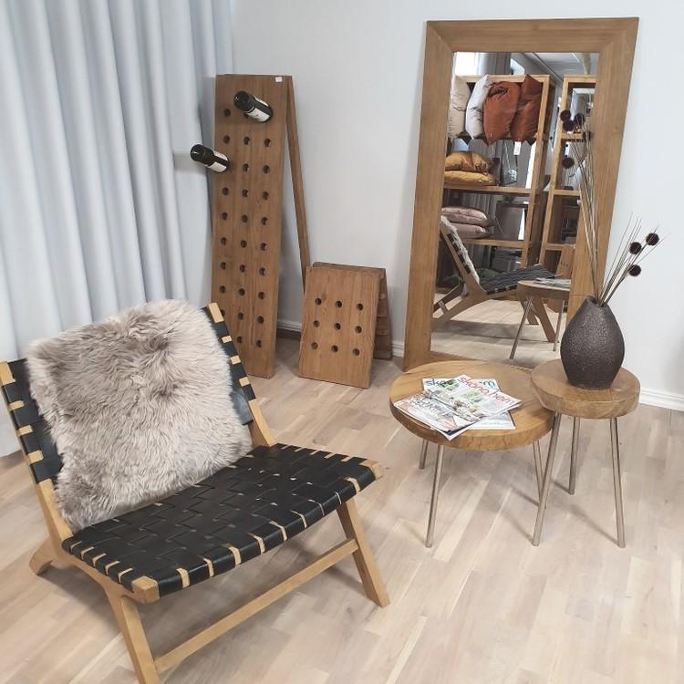 Spegel, vinställ, träfåtörlj och två bord